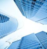 Взгляд к предпосылке стальной сини стеклянного здания Стоковое Изображение RF