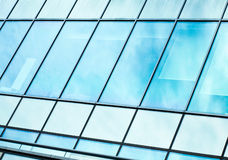 Взгляд к предпосылке стальной сини стеклянного здания Стоковое фото RF