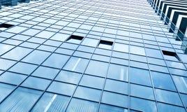 взгляд к предпосылке стальной сини стеклянного здания Стоковые Фотографии RF