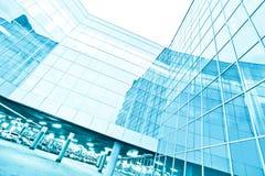 Взгляд к предпосылке стальной сини стеклянного здания Стоковое Изображение