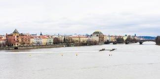 Взгляд к реке Vitava в Праге от Карлова моста, чеха Republ стоковые фотографии rf