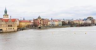Взгляд к реке Vitava в Праге от Карлова моста, чеха Republ стоковое изображение