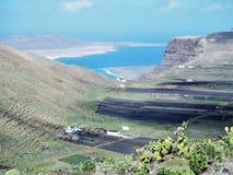Взгляд к скалам Famara и острову Graciosa Ла от около Maguez, Лансароте стоковая фотография
