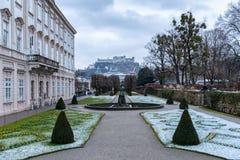 Взгляд к старому городку Зальцбурга через сады Schloß Mirabell стоковые фото