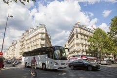 Взгляд к улице в центре Парижа Стоковая Фотография RF
