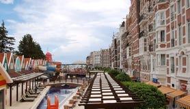Взгляд к улице с бассейном и оригинальным зданиям в moder Стоковые Фотографии RF