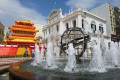 Взгляд к фонтану перед зданием Da Misericordia Касы Санты на историческом центре Макао, Китая Стоковое Изображение RF
