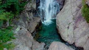 Взгляд к amasing водопаду в горах акции видеоматериалы
