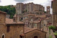 Взгляд к Sorano со средневековой крепостью стоковое изображение rf
