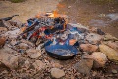 Взгляд лагерного костера с лотком и poats в огне, используемый для подготавливает еду и представляет как солдаты сварили в tha Стоковые Изображения RF