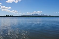 Взгляд лагуны и горы от шлюпки стоковые изображения rf
