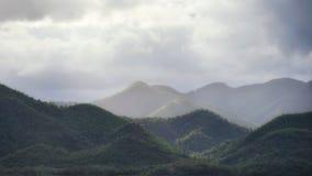 Взгляд ландшафта горы на пасмурном Стоковые Изображения