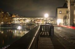 Взгляд ландшафта моста vecchio ponte Флоренс старый к ночь стоковое изображение rf