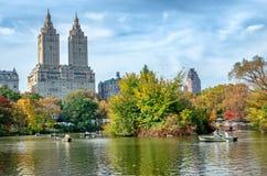 Взгляд ландшафта осени шлюпки на озере в центральном парке город New York США стоковые изображения rf