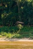 Взгляд ландшафта реки Nam Khan, Luang Prabang, Лаоса Скопируйте космос для текста вертикально стоковые изображения rf