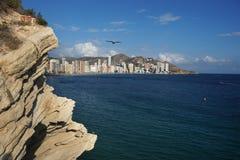 Взгляд ландшафта с морем и городом на береге на скале Стоковое Изображение RF