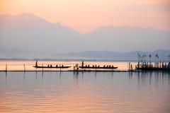 Взгляд ландшафта - шлюпка затвора лодочника в озере лагуны Взгляд phalandscape Kwan - лодочник yao во времени evenign на phayao Т стоковые изображения