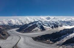 Взгляд ледника от пика швейцарских горных вершин стоковые изображения rf