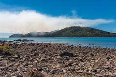 Взгляд лесного пожара на малом острове Огонь не видим, стоковое изображение rf