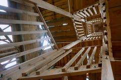 Взгляд лестничного колодца снизу, деревянные лестницы к замечанию стоковая фотография