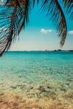 Взгляд лета на голубом ясном море совершенная каникула стоковые фотографии rf