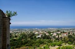 Взгляд лета от замка Кипра к морю и зданиям стоковые изображения