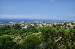 Взгляд лета от замка Кипра к морю и зданиям стоковые фото