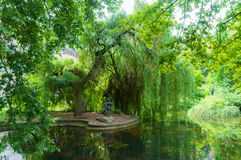 Взгляд лета парка с прудом и скульптура девушки в Karlovy меняют, чехия стоковая фотография rf
