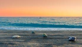 Взгляд лета пляжа на заходе солнца с камнями на таблице, Tertsa, Крите Стоковое Изображение RF