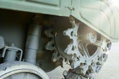 Взгляд лицевой части зеленой гусеницы танка стоковые изображения