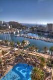 Взгляд людей в гостиницах складывает вместе и корабли ставя на якорь на Марине eilat перед Красным Морем, Eilat, Израилем стоковые фотографии rf