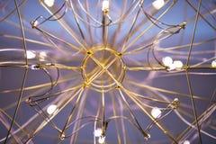 Взгляд люстры снизу, люстра в форме конца-вверх сети стоковая фотография rf