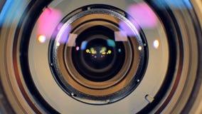 Взгляд макроса на объективе фотоаппарата получая запачканный вне сток-видео