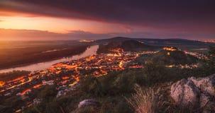 Взгляд малого города с рекой от холма на заходе солнца Стоковое фото RF