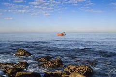 Взгляд малого поединка рыбной ловли в Атлантическом океане стоковые изображения rf