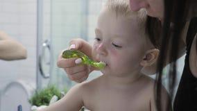 Чистить щеткой зубов ребенк матери уча Взгляд мальчика матери и ребенк на зеркале во время чистить щеткой зубов Концепция гигиены сток-видео