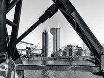 Взгляд мельницы возвышается через старые конструкции металла, Strasbo Стоковая Фотография