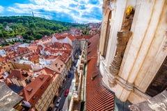Взгляд меньшего городка Mala Strana и церков St Nicholas Pragu стоковая фотография rf