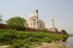 Взгляд мечети Тадж-Махала от берега реки Стоковые Изображения