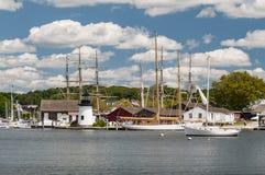 Взгляд мистического морского порта со шлюпками и домами, Коннектикутом стоковая фотография