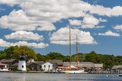 Взгляд мистического морского порта со шлюпками и домами, Коннектикутом стоковое изображение rf