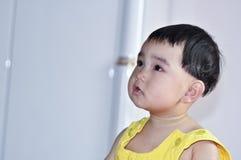 взгляд младенца что-то Стоковые Фото