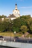 Взгляд монастыря Andronikov и проезжей части набережной на ясном вечере лета, Москвы Yauza реки, России Стоковое Изображение RF