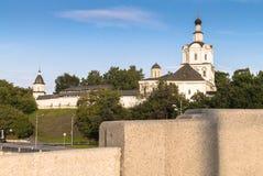 Взгляд монастыря Andronikov от моста на ясном вечере лета, Москвы Kostomarovskiy, России Стоковое фото RF