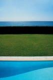 взгляд моря бассеина ладони пляжа Стоковое Фото