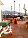 Взгляд моря и город приставают к берегу от набережной порта Промышленный po стоковая фотография rf