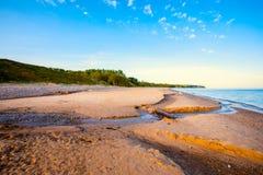 Взгляд моря и пляжа и блефов Стоковое Изображение