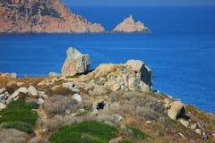 Взгляд моря на побережье Корсики под солнцем стоковые изображения rf