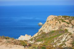 Взгляд моря на побережье Корсики под солнцем стоковое фото