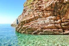 Взгляд моря Спокойное чистое море Утес состоит из наслоенных камней адриатическое море Стоковое Изображение